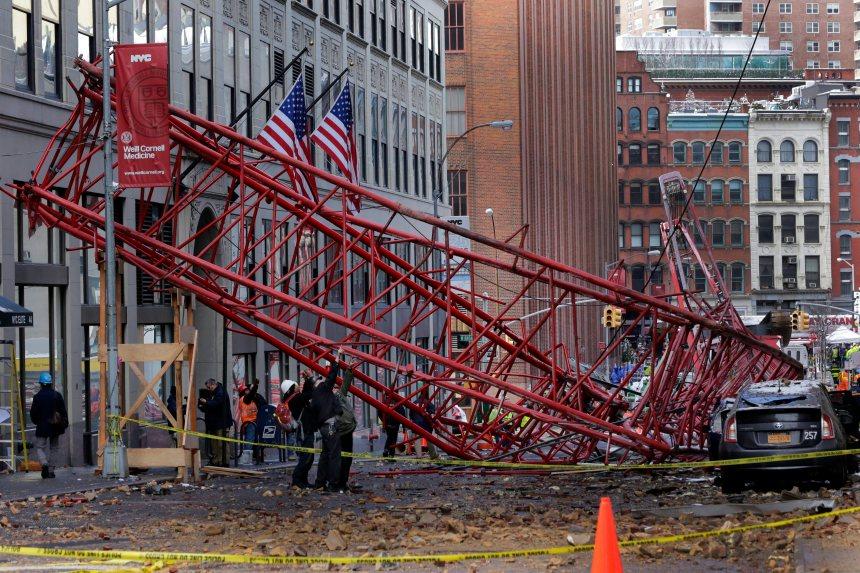 Une grue s'effondre au cœur de Manhattan et fait un mort