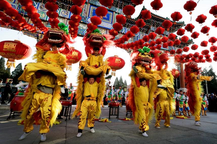 Les Chinois célèbrent l'arrivée du Nouvel An lunaire