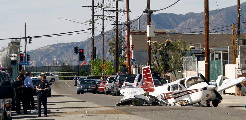 Un avion frappe deux voitures et s'écrase dans une rue de Los Angeles