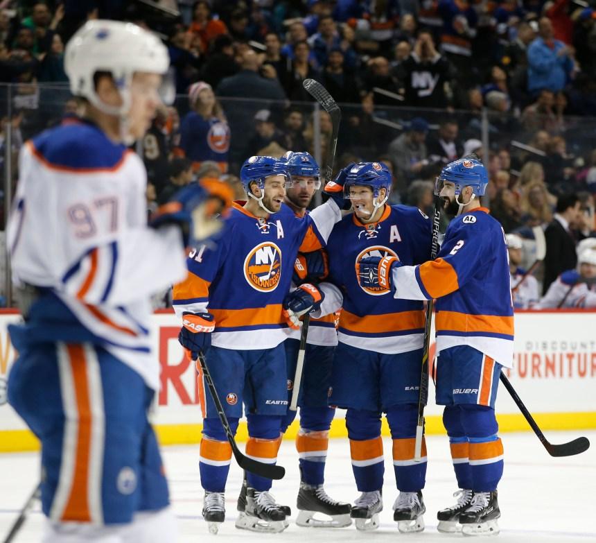 Un tour du chapeau d'Okposo aide les Islanders à battre les Oilers