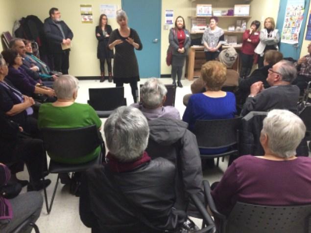 Denis Fortin, directrice générale adjointe du CIUSSS de l'Est-de-l'Île-de-Montréal, tente de rassurer les personnes âgées
