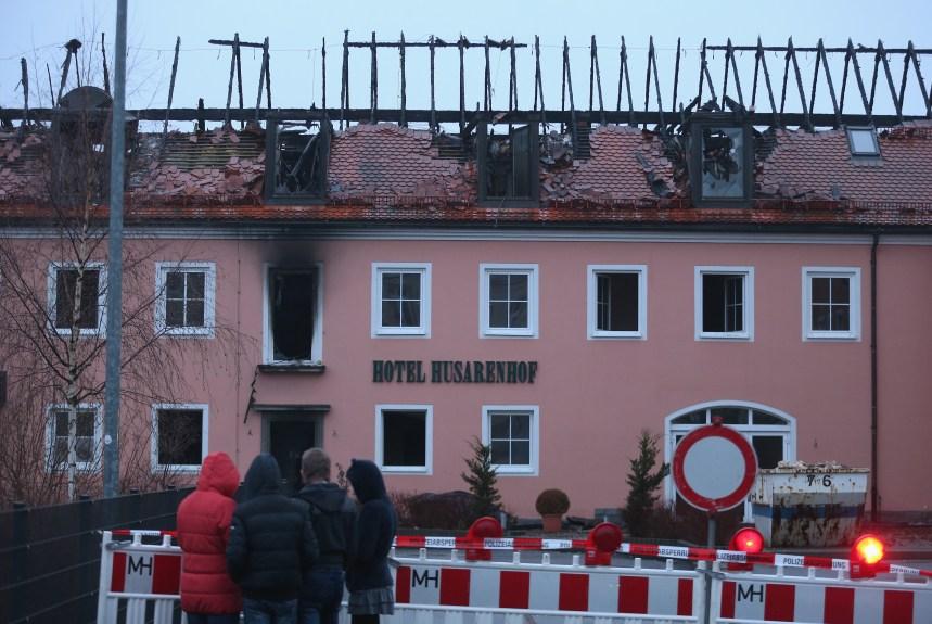 Allemagne: Un hôtel devant accueillir des réfugiés incendié sous les «hourras» de la foule
