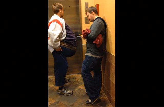 Deux amis se déguisent en une seule personne pour sauver le prix d'un billet de cinéma