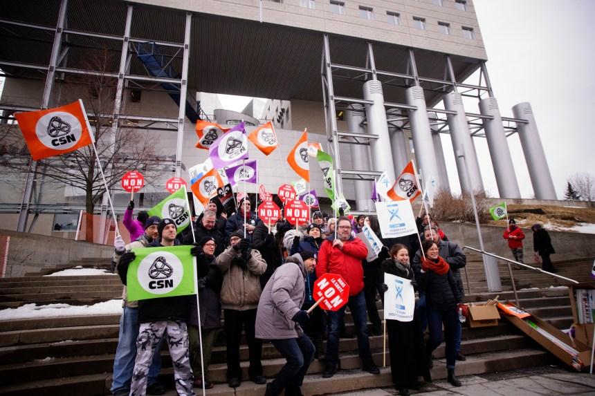 Manifestation en marge d'un colloque promulguant le privé en santé