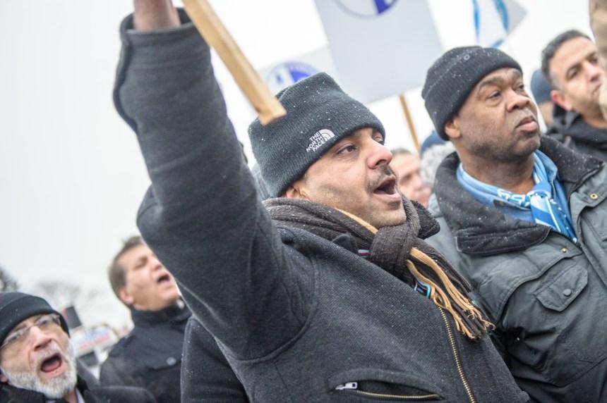 Les chauffeurs de taxi manifestent contre Uber à l'aéroport Montréal-Trudeau