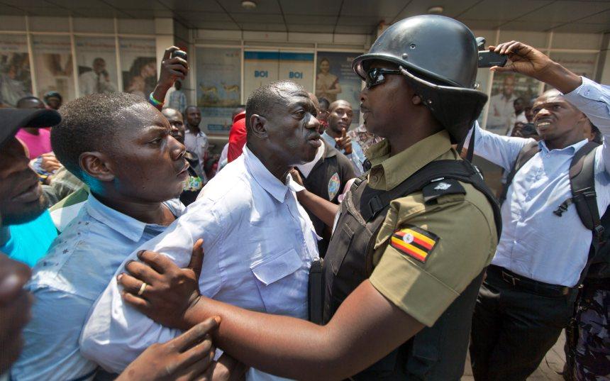 Ouganda: l'opposant Besigye est brièvement arrêté pendant la présidentielle