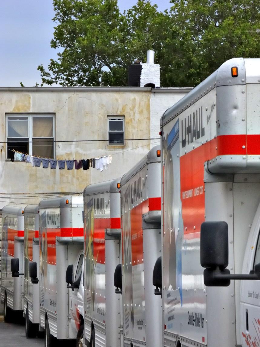 Soumissions pour du matériel militaire: des camions remplis de documents