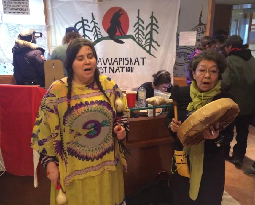 Attawapiskat: des manifestants autochtones occupent un ministère à Toronto