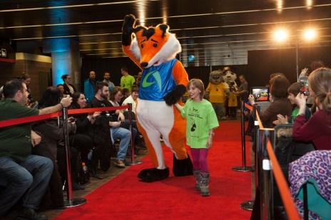 Les enfants ont défilé avec les mascottes des arrondissements à l'ouverture des 39e jeux de Montréal. Photo: Isabelle Bergeron/TC Media.
