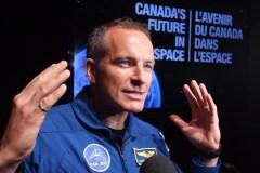 David Saint-Jacques aide à réparer des toilettes dans l'espace