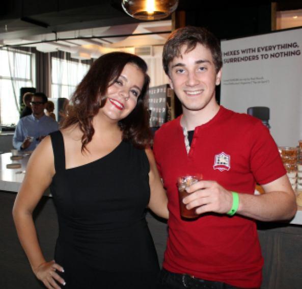 Karine Delage avec l'acteur Austin MacDonald.