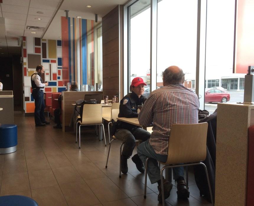 Discuter de sécurité autour d'un café avec un policier