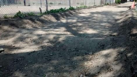 Le citoyen a pris de la terre des remblais qui bordent la ruelle pour les construire.