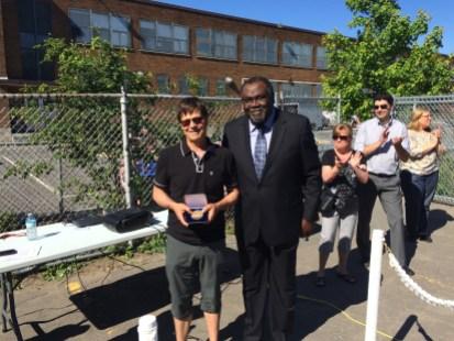 L'architecte et l'âme derrière l'aménagement de la cour de l'école Saint-Donat, Jean-Jacques Lincourt, a reçu des mains du député de Bourget, Maka Kotto, la médaille de l'Assemblée nationale pour souligner son engagement bénévole dans le projet.