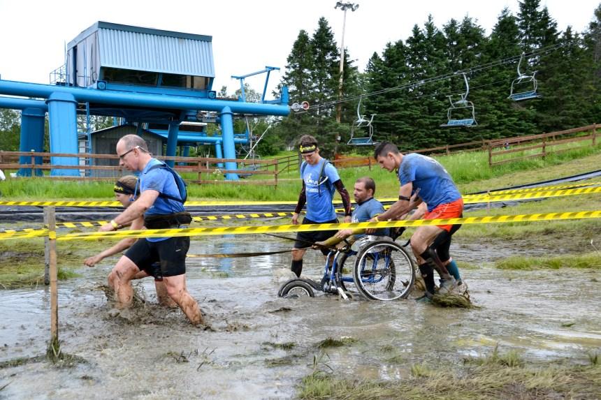 Dans la boue en fauteuil roulant