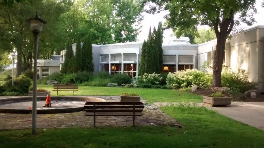 La cour de la bibliothèque de Dorval se refait une beauté