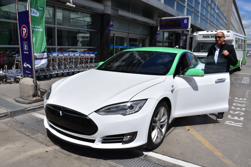 Les Teslas de Téo arrivent à l'aéroport