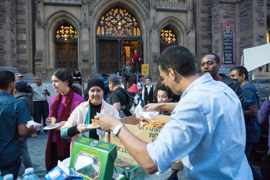 En photos: Un premier iftar public à Montréal