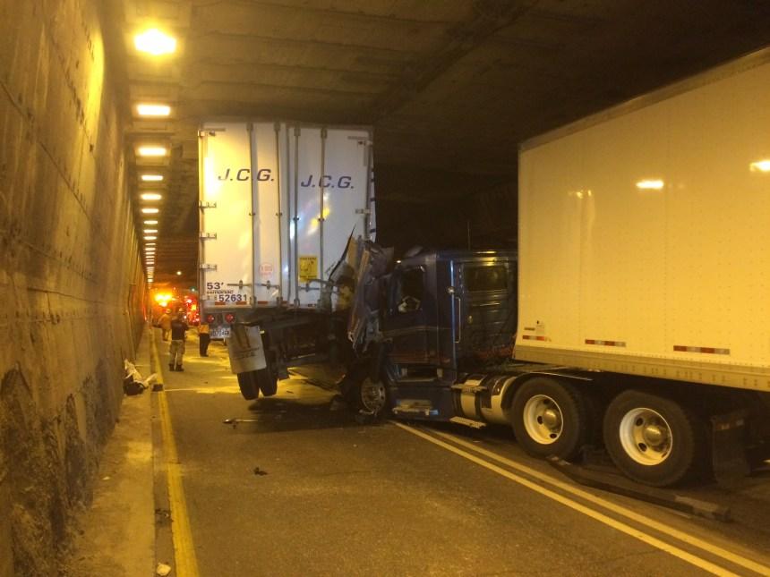 Pont-tunnel: accident impliquant quatre poids lourds
