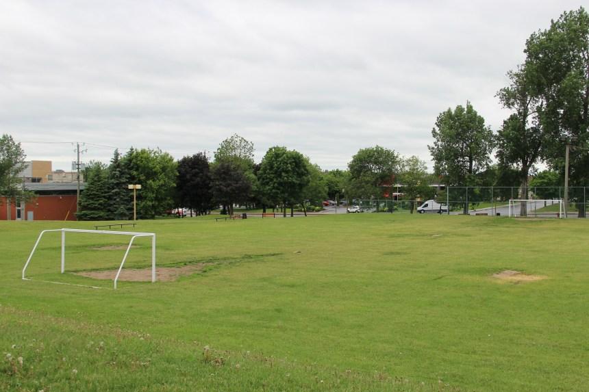 Le terrain de soccer à Dollard-Morin fait peau neuve