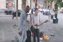 Seal surprend un chanteur de rue à Montréal