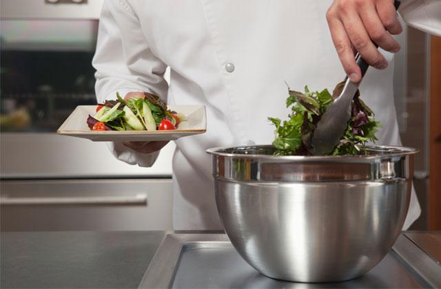 Un chef cuisinier congédié pour s'être vanté de donner de la viande aux végétariens