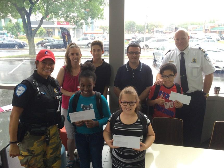 Les policiers donnent aux élèves du quartier