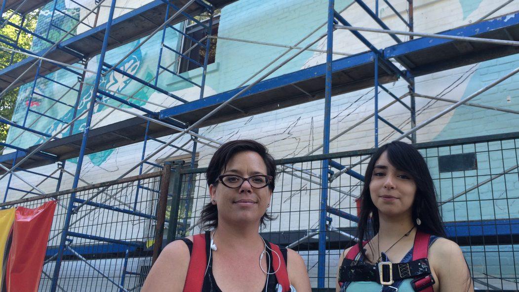 Annie Hamel et son assistante Kassandra Quinteros s'affairent à revitaliser le mur qui fait face au parc Sœur Madeleine-Gagnon.