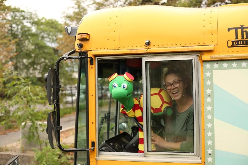 Un autobus scolaire transformé en théâtre de marionnettes