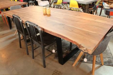 Table de 8 pieds en bois d'acacia naturel - pieds en acier noir