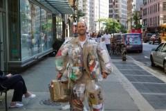 Porter ses déchets pour sensibiliser à la surconsommation
