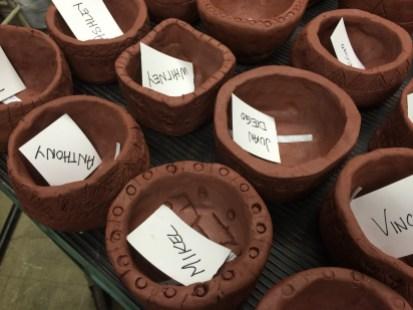 Les jeunes ont fabriqué un vase en argile, qu'ils ont fait cuire dans un trou qu'ils ont creusé à même le terrain de l'école.