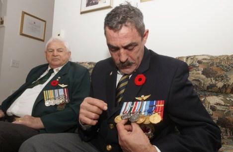 Daniel Farr exhibe ses médailles, dont certaines reçues pour son service militaire au sein de forces de l'ONU ou et de l'OTAN en ex-Yougoslavie, à Chypre et en Somalie.