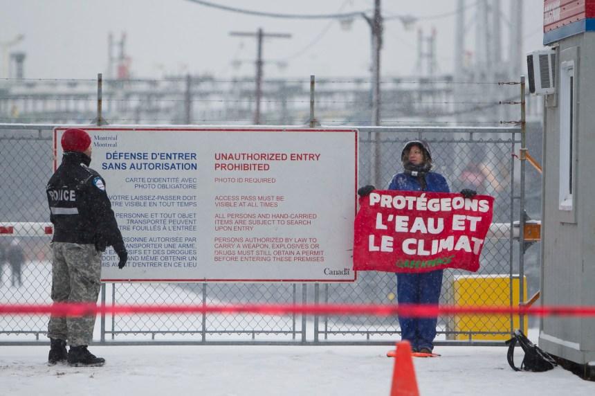 Des militants de Greenpeace arrêtés au port de Montréal