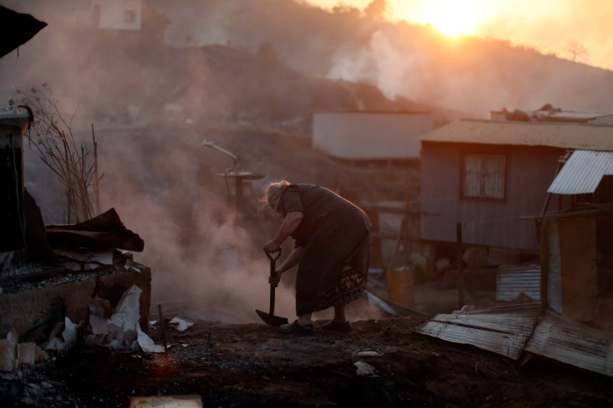 Photos: Un important incendie rase 100 demeures au Chili