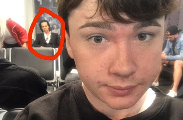 Un homme demande l'aide de Twitter pour savoir avec quelle vedette il vient de prendre un selfie
