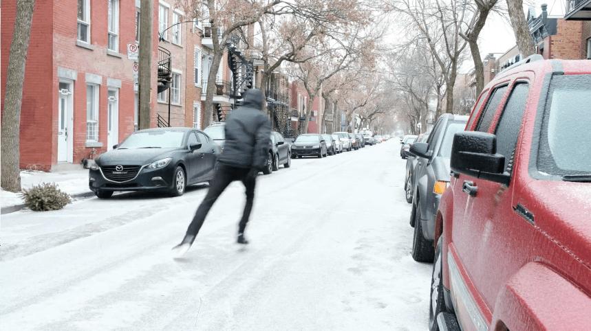 Un patineur en pleine action dans les rues de Rosemont