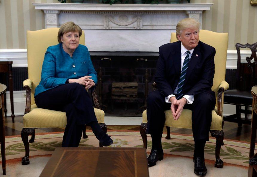 Malaise autour d'une poignée de main entre Trump et Merkel