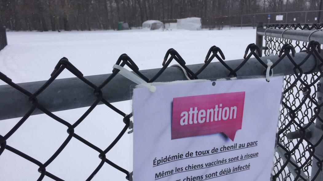 Une affiche à l'entrée du parc canin de Pointe-aux-Trembles met les usagers en garde contre une épidémie de toux de chenil, le 15 mars 2017.