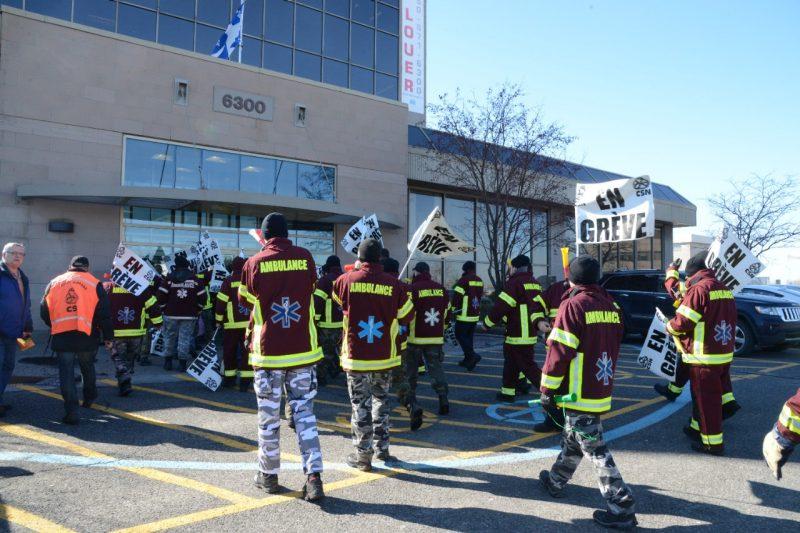 Les travailleurs du secteur préhospitalier manifestent devant le bureau de Gaétan Barrette