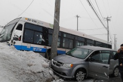 Spectaculaire sortie de route pour un autobus de la STM