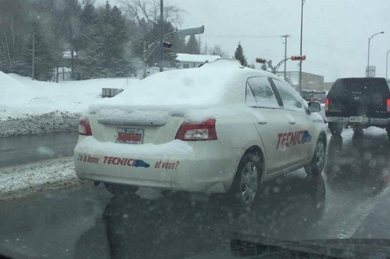 Une photo d'une voiture d'une auto-école non déneigée devient virale sur Facebook