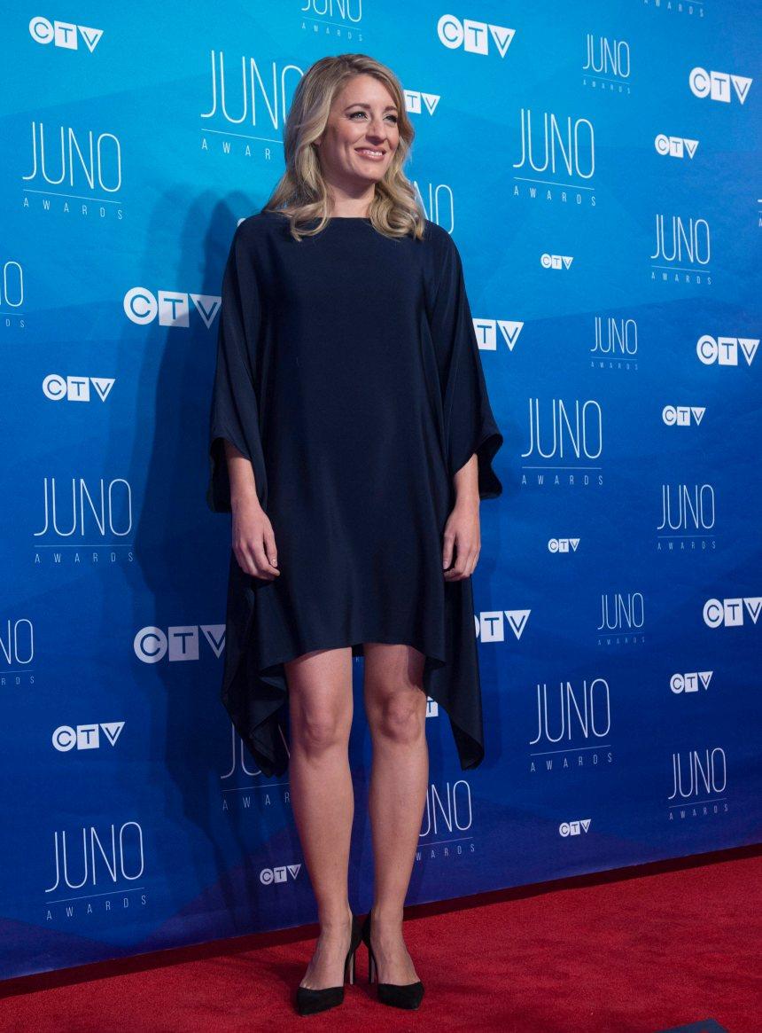 Joly refuse de juger une série controversée de CBC
