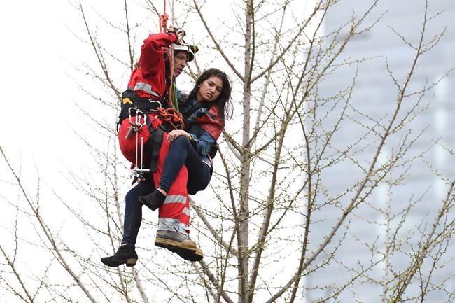 Une femme secourue du haut d'une grue à Toronto