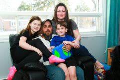 Six enfants autistes dans une classe sans fenêtre