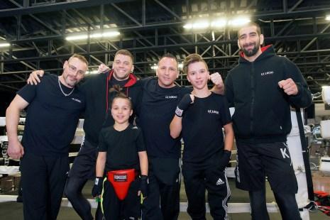 Le jeune boxeur Jacob Blais (2e à partir de la droite) pose avec son père Jean-François (centre), son entraîneur Keven Sénécal (2e à gauche), son préparateur physique Guillaume Lamoureux, le copriétaire du Gym Le Local Carl Fagnant (droite) et son petit frère Nolann (premier-plan), le 30 mars 2017.