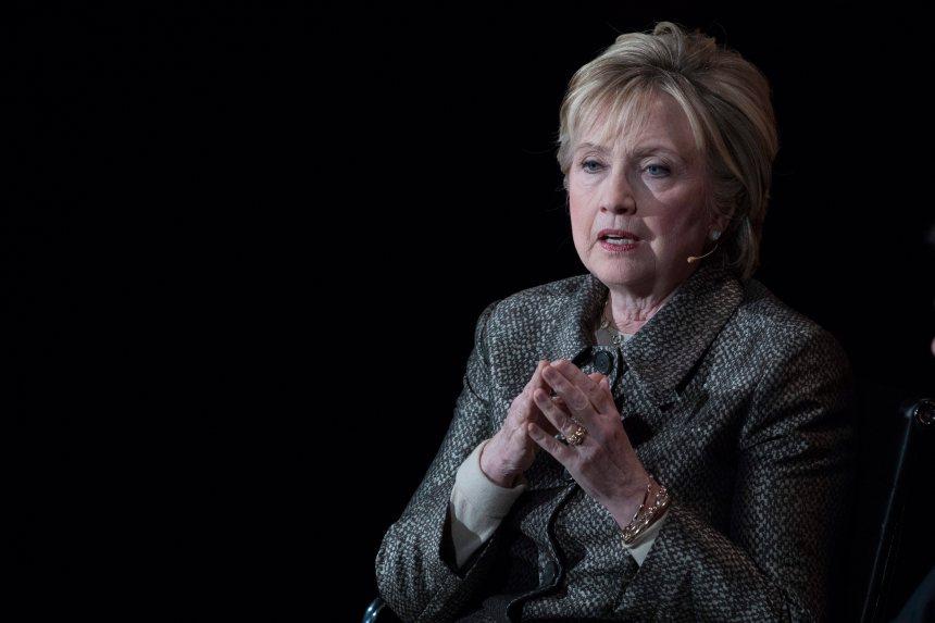 Harcèlement par un conseiller: Clinton consternée