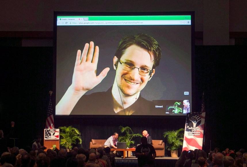 Le congédiement du patron du FBI est alarmant, dit Snowden
