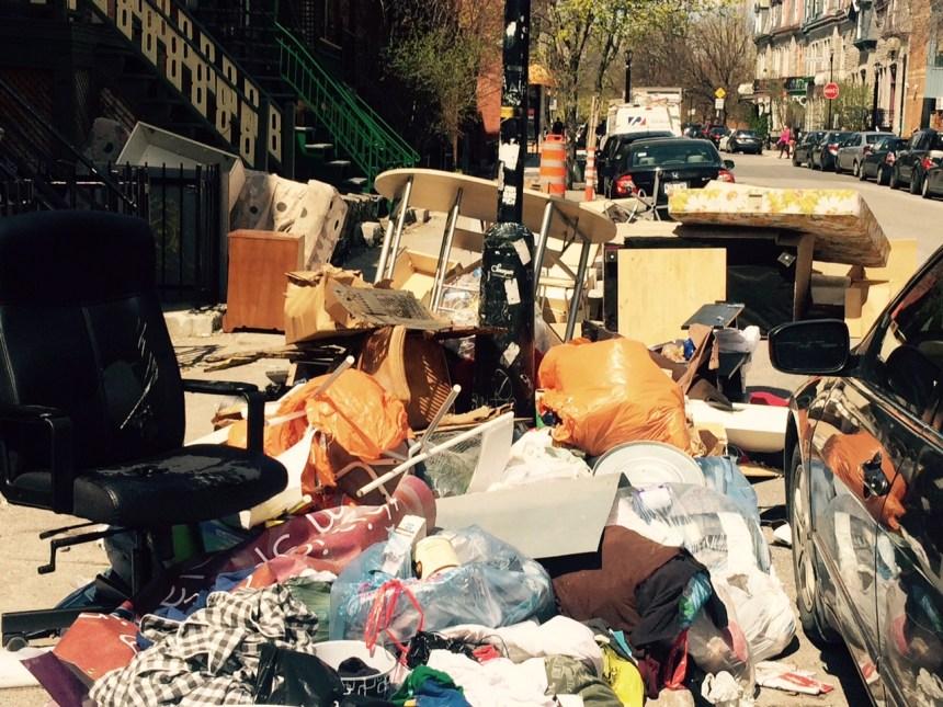 Des déchets laissés par les étudiants s'accumulent