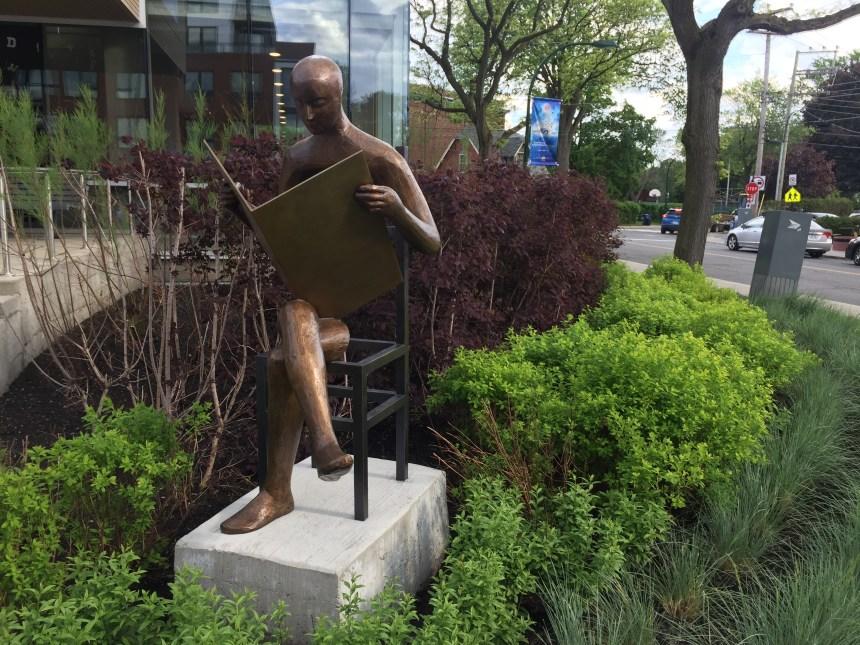 Bibliothèque Reginald-J.-P.-Dawson: un lecteur de bronze permanent dévoilé